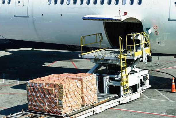 Laden der Ladung auf Flugzeug – Foto