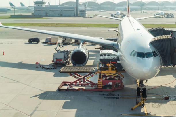 Carga carga en avión en el aeropuerto antes de vuelo. - foto de stock