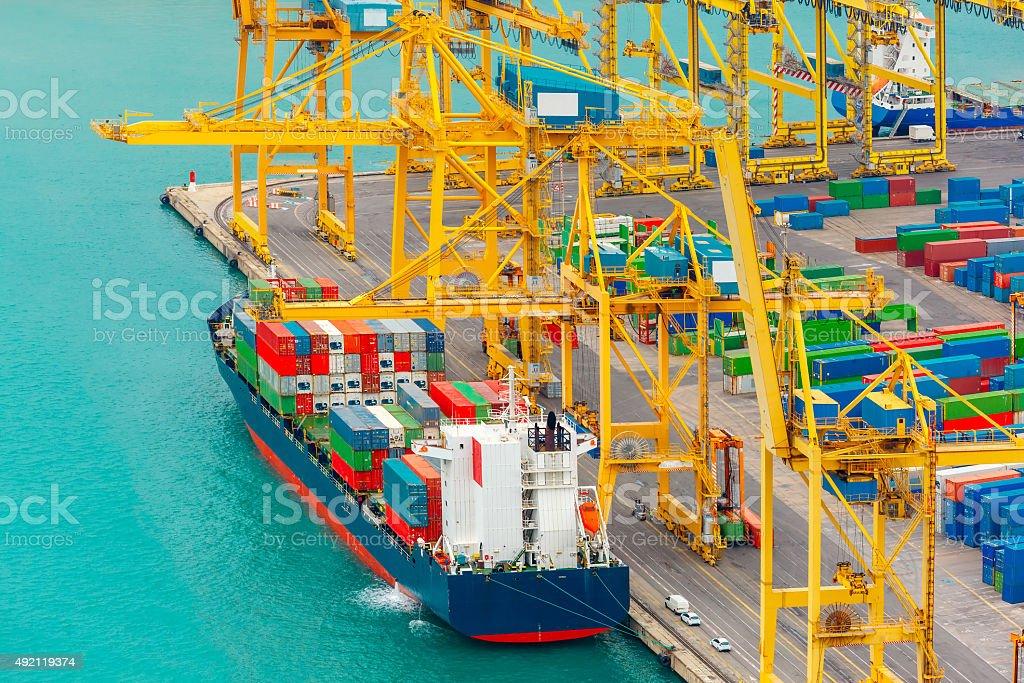 Fotograf a de contenedores de carga en un barco de carga mar barcelona y m s banco de im genes - Contenedores de barco ...