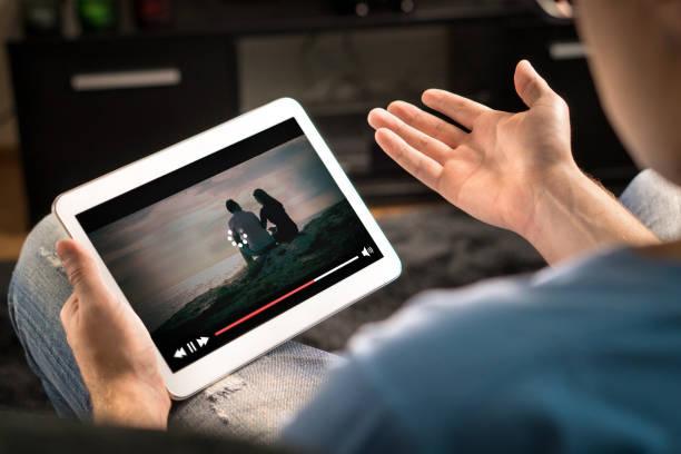het laden van pictogram rollen op video in een online film stromende dienst. - langzaam stockfoto's en -beelden