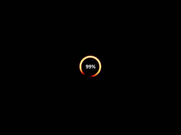 laden-symbol mit fortschritt 99 % und wartet auf digitalen tv-anzeige - dekoration rund um den fernseher stock-fotos und bilder