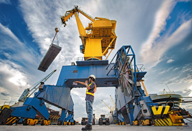 loading in charge - crane construction machinery stock pictures, royalty-free photos & images