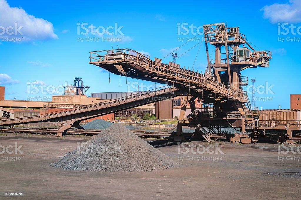 руда на конвейере