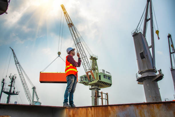 Loading Master engineering, foreman, supervisor, worker, loading master in work site, control to the teamwork by walkie talkie radio for job done in the same direction, working at risk and high level of insurance hooikoorts stock pictures, royalty-free photos & images