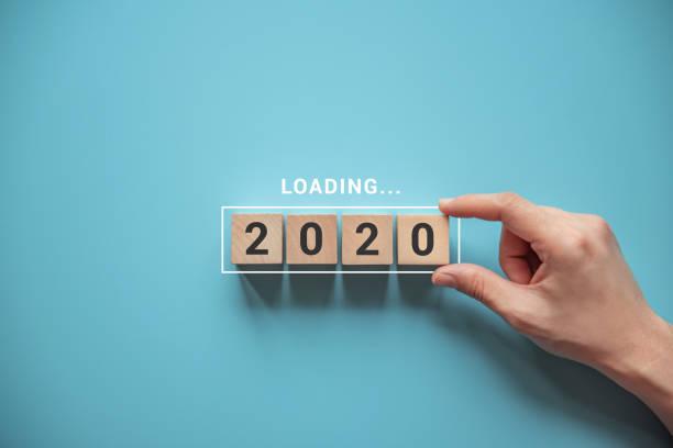 Laden des neuen Jahres 2020 mit Hand Putting Holzwürfel in Progress Bar. – Foto