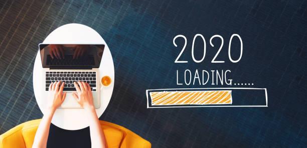 Laden des neuen Jahres 2020 mit Person mit einem Laptop – Foto