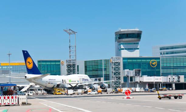 loading of a 747 jumbo jet of lufthansa airline - luchthaven frankfurt am main stockfoto's en -beelden