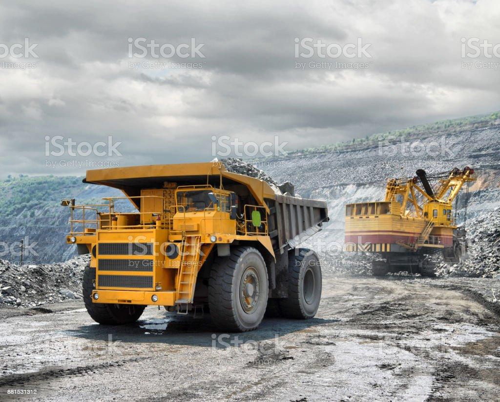 Beladen von Eisenerz auf sehr große dump-Körper LKW – Foto