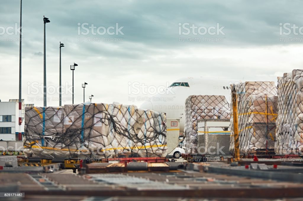 Loading of the cargo airplane - foto stock