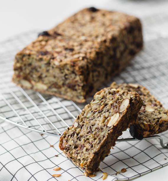 laib hausgemachtes glutenfreies brot mit nüssen - brottorte stock-fotos und bilder