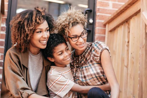 lening voor het eerste huis - lesbische stockfoto's en -beelden