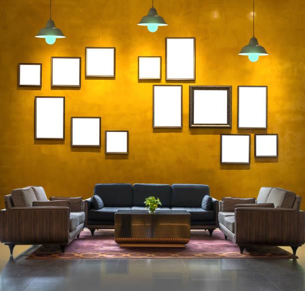 lobby-bereich eines hotels über die vintage wand hintergrund mit bilderrahmen und licht, innen galerie - hotel mailand stock-fotos und bilder