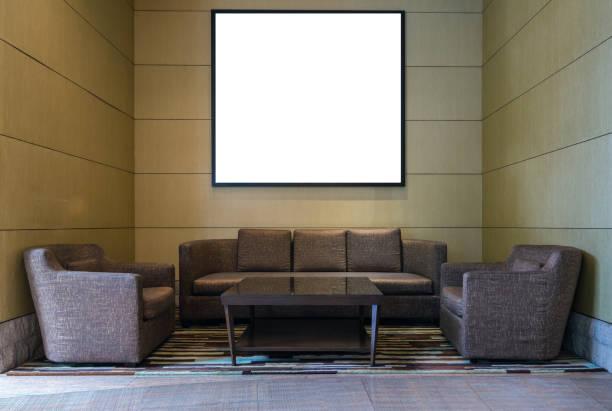 lobby-bereich eines hotels mit leeren bilderrahmen über holz wand hintergrund, innen galerie-konzept - hotel mailand stock-fotos und bilder