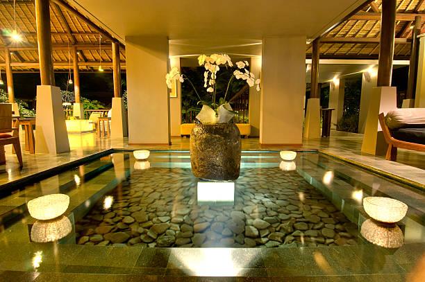 lobby in luxushotel in bali - indoor wasserbrunnen stock-fotos und bilder