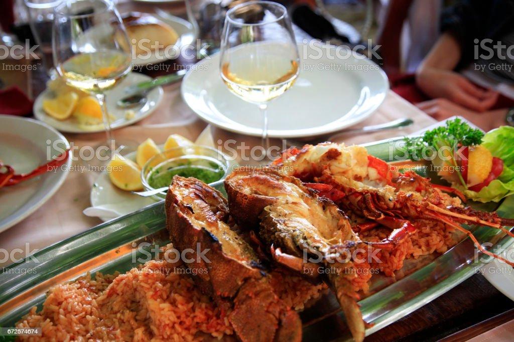 Lagostas em um prato com arroz no restaurante - foto de acervo