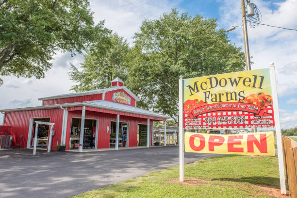 Local farm produce stand in upstate South Carolina Chesnee, South Carolina, Sept. 10, 2017: Exterior of McDowell Farms, a local farm whose produce stand is popular among residents in upstate, selling locally grown produce as well as salsa and sauces. apostate stock pictures, royalty-free photos & images