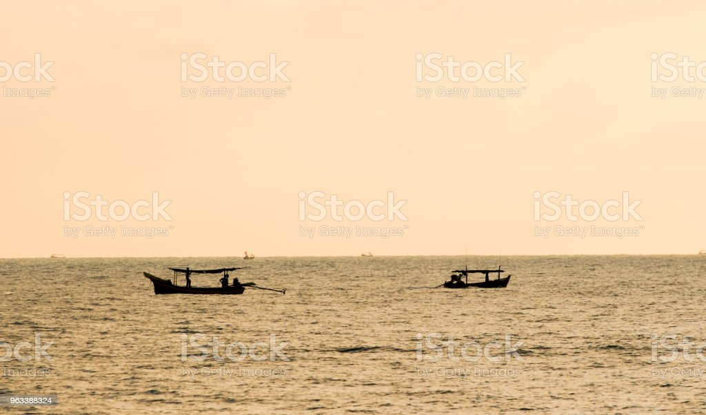 Local fishing boats fish in the sea - Zbiór zdjęć royalty-free (Azja)