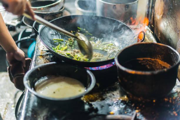 Lokale Küche in einem Straßenrestaurant in Hanoi, Vietnam gekocht – Foto