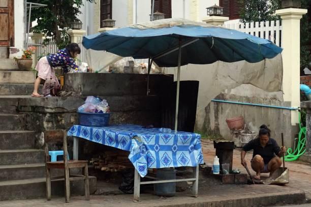 lokale leben, morgen, luang prabang, laos - ein topf wunder stock-fotos und bilder