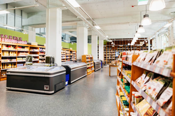 Lokaler Bio-Supermarkt mit Gängen und Tiefkühltruhen – Foto