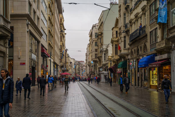 lokal befolkningen vaknar på istiklal street i gamla stan i istanbul vid regnig dag - istiklal avenue bildbanksfoton och bilder