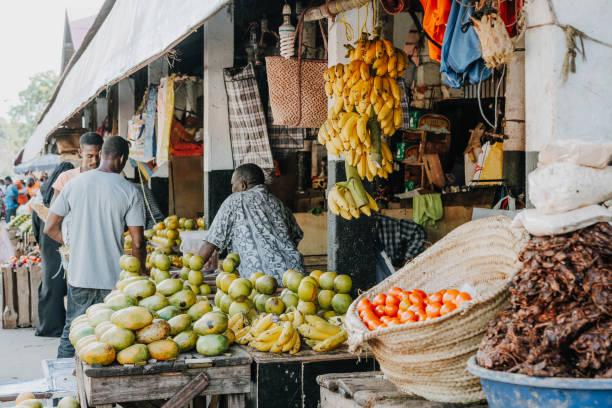 Einheimische auf dem Straßenmarkt von Sansibar, Afrika – Foto