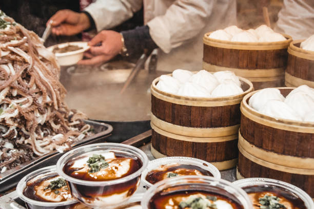 Lokale Spezialitäten im Streedfood Markt - Peking, China. – Foto