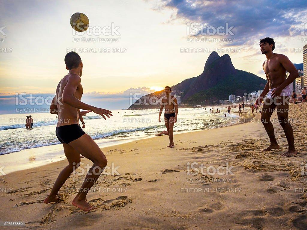 Moradores jogando bola na praia de Ipanema, Rio de Janeiro, Brasil - foto de acervo