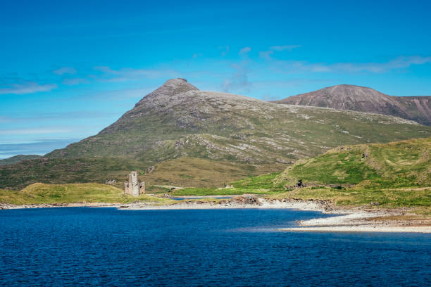 Loch Assynt and Quinag, Inchnadamph, Scotland Loch Assynt and the mountain called Quinag in the Sutherland region of Scotland. The ruins are of Ardvreck Castle. north coast 500 stock pictures, royalty-free photos & images