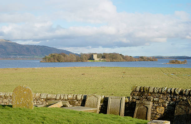 see loch leven castle von kinross cemetry - see loch leven stock-fotos und bilder