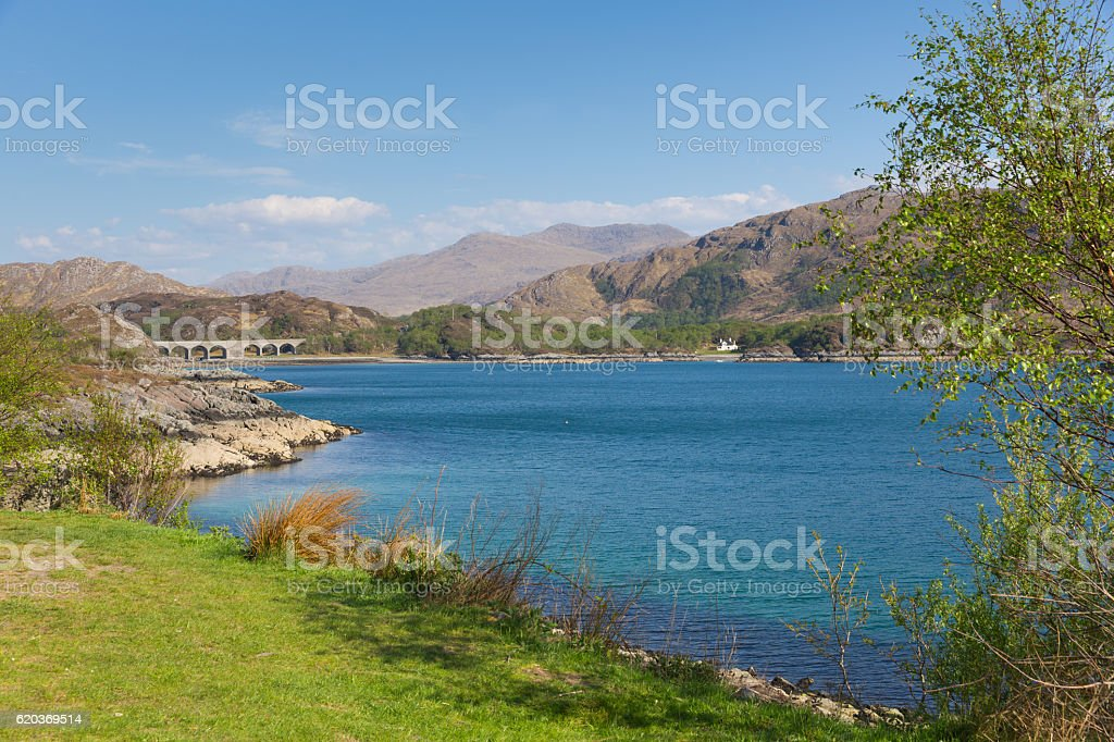 Loch Nan Uamh west Scotland view to railway viaduct foto de stock royalty-free
