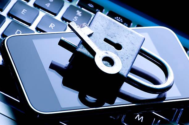 teléfono móvil concepto de seguridad - robo de identidad fotografías e imágenes de stock