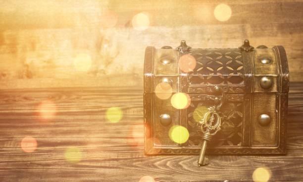 sperren. - schlüssel dekorationen stock-fotos und bilder