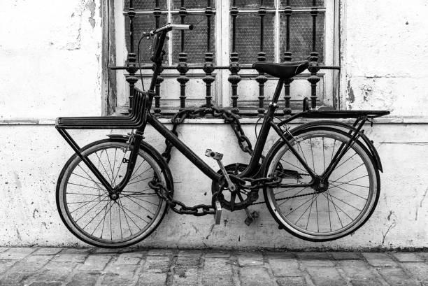 gesperrte byke in schwarz / weiß - fahrradhalter stock-fotos und bilder