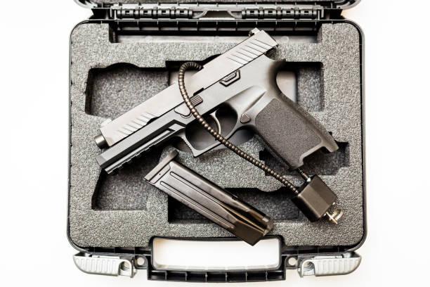 鎖定解除武裝手槍, 以防白色背景 - 鎗 個照片及圖片檔