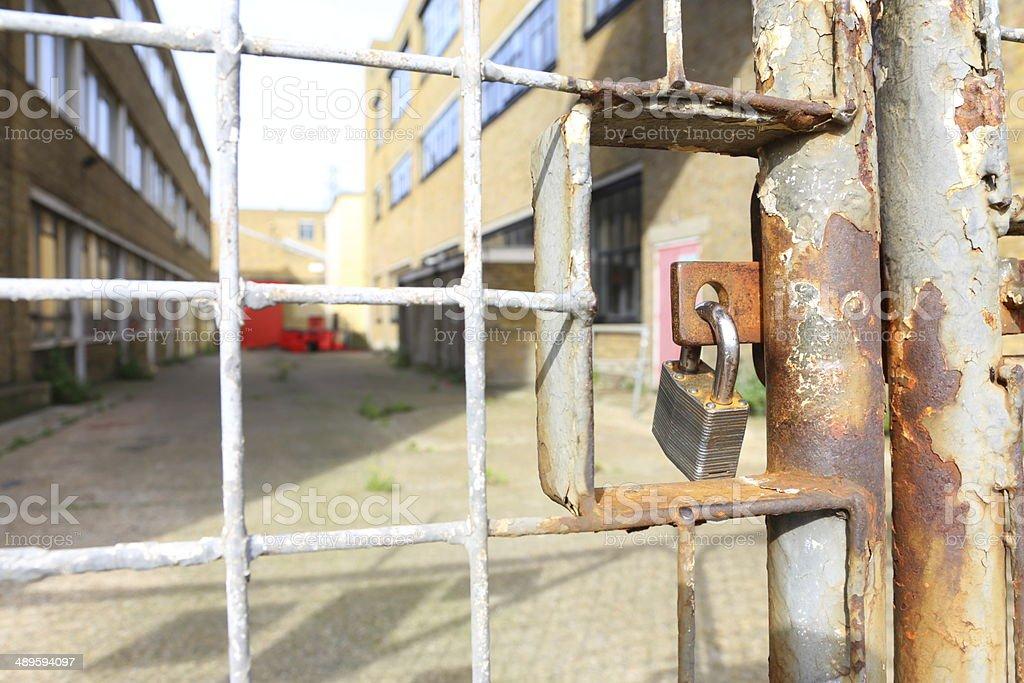 Gesperrt Fabrik Gates. – Foto