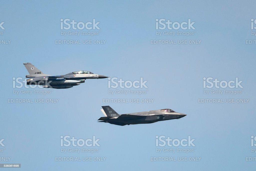 Lockheed Martin conjunto de caza F-35 huelga y F-16 luchando Falc - foto de stock