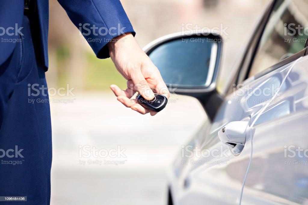 Kilitleme veya kilidini açma arabanın kapısını ile uzaktan anahtar. stok fotoğrafı