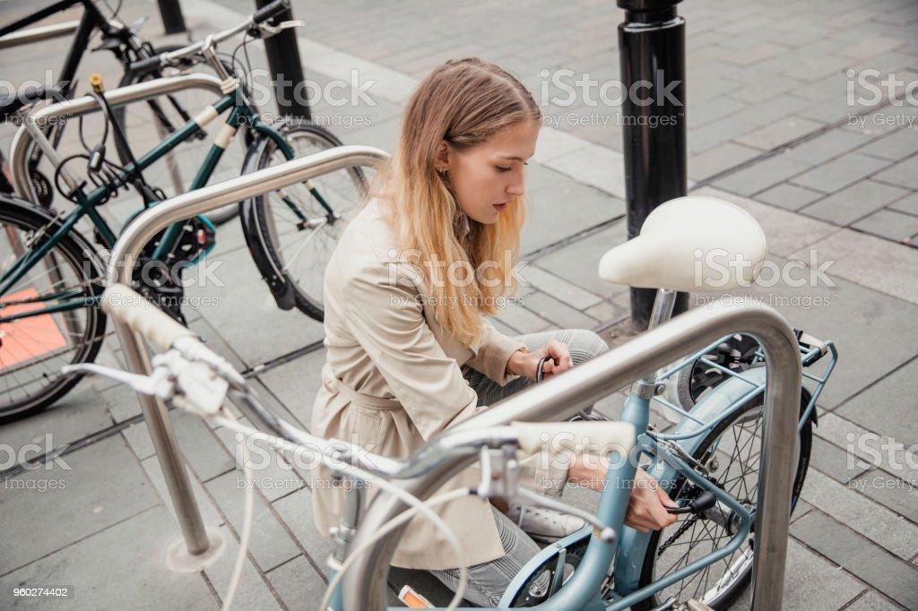 Fijación para arriba de su bicicleta - Foto de stock de 20 a 29 años libre de derechos