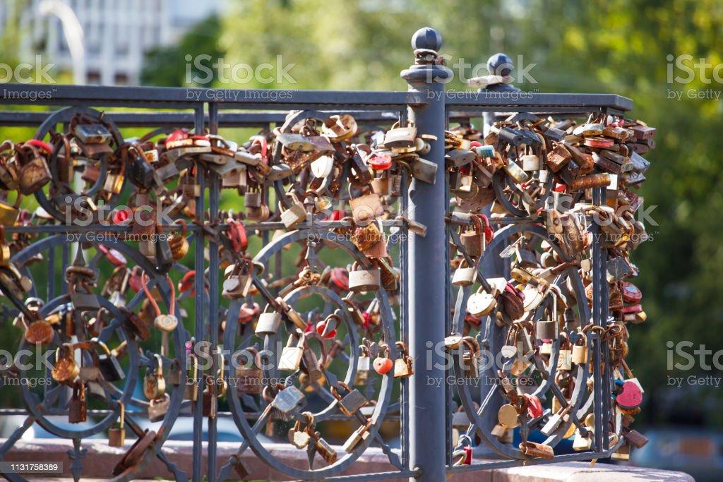 Schlosser Von Liebenden Paaren Auf Einer Brucke Symbol