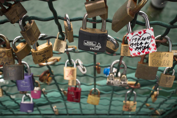 locks on the limmat river's railings in zürich - zurigo foto e immagini stock