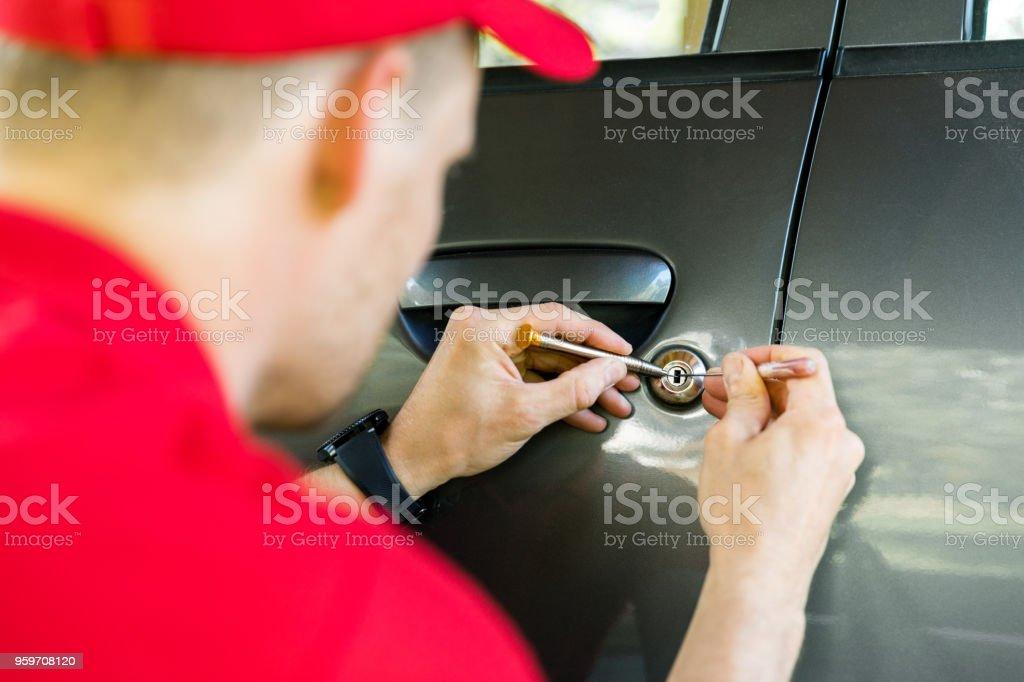 Schlosser, die Autotür mit Lockpicker öffnen – Foto