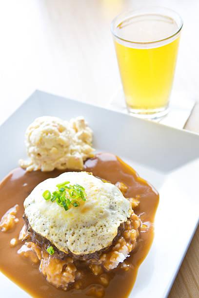 lok moco hawaiian platte mittagessen mit makkaroni-salat - hamburger makkaroni stock-fotos und bilder
