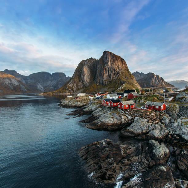 Ilhas Lofoten é um arquipélago no Condado de Nordland, Noruega. Paisagem distintiva com dramáticas Montanhas e picos, mar aberto e baías e cabanas de pesca vermelho, chamadas rorbu. - foto de acervo