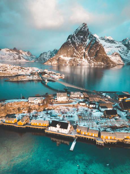 Lofoten paisagem de inverno com tradicional pescador Rorbuer cabines, Sakrisoy, vila de Reine, Noruega - foto de acervo