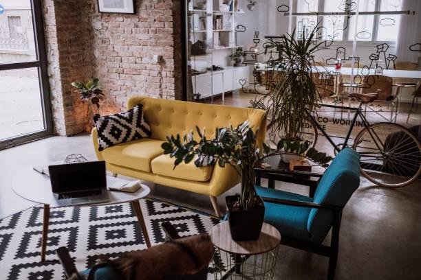 luxurios オフィスになったロフト アパート - 田舎のライフスタイル ストックフォトと画像