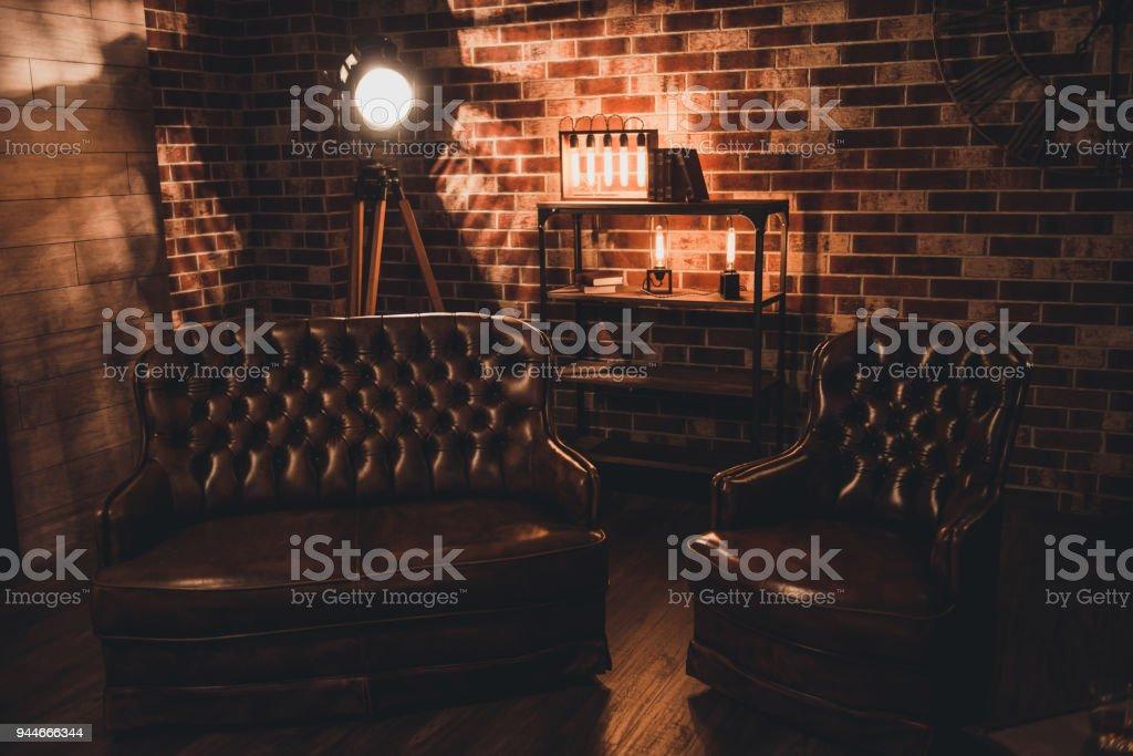 Leren Bank En Fauteuils.Loft Interieur Leren Bank En Fauteuil In Een Donkere Kamer Stockfoto