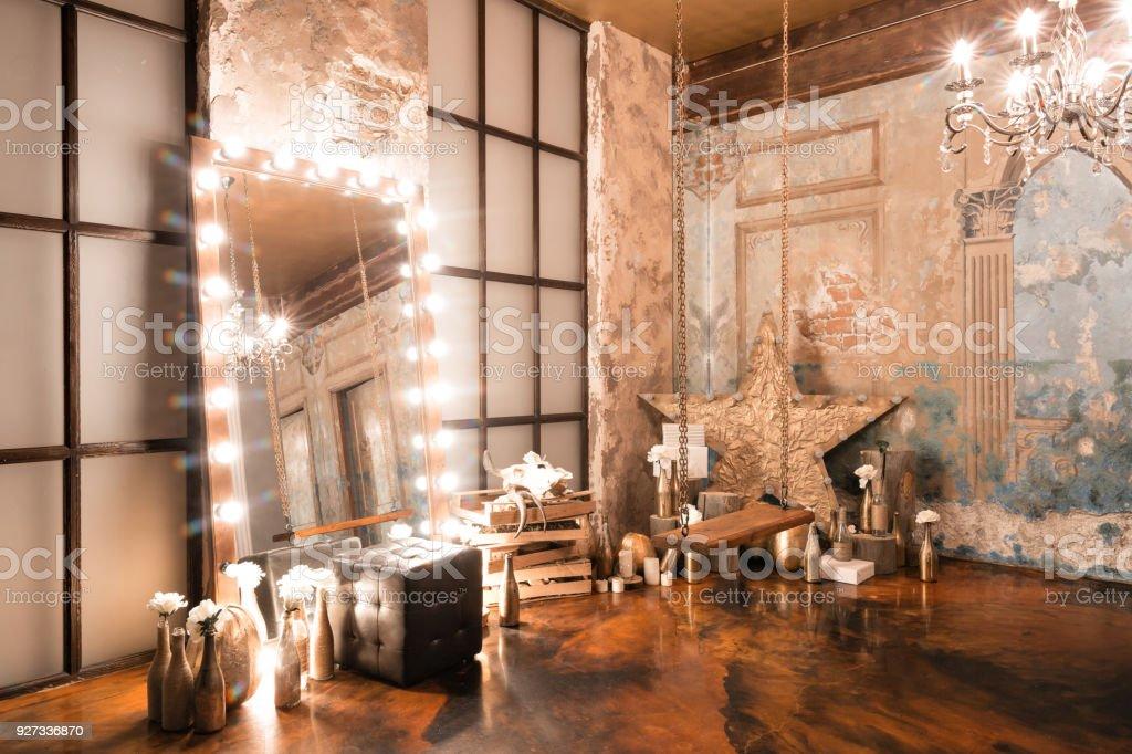 Loftinterieur Mit Spiegel Kerzen Ziegelmauer Große Fenster ...