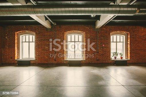 Monolocale loft interno nella vecchia casa grandi finestre for Grandi piani di casa ranch