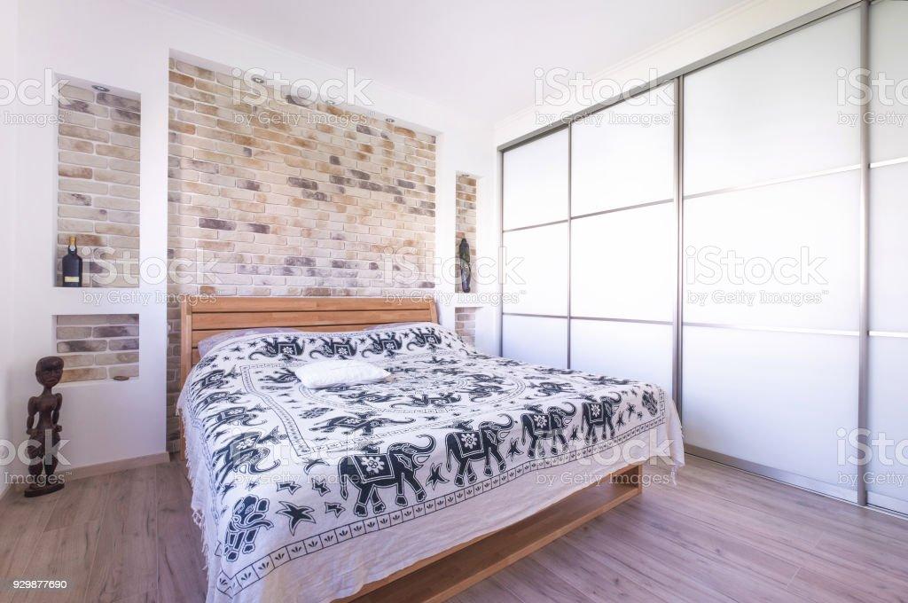loft interieur mit schlichtem design bilder, loft stil entworfen schlafzimmer mit doppelbett kleiderschrank mauer, Design ideen